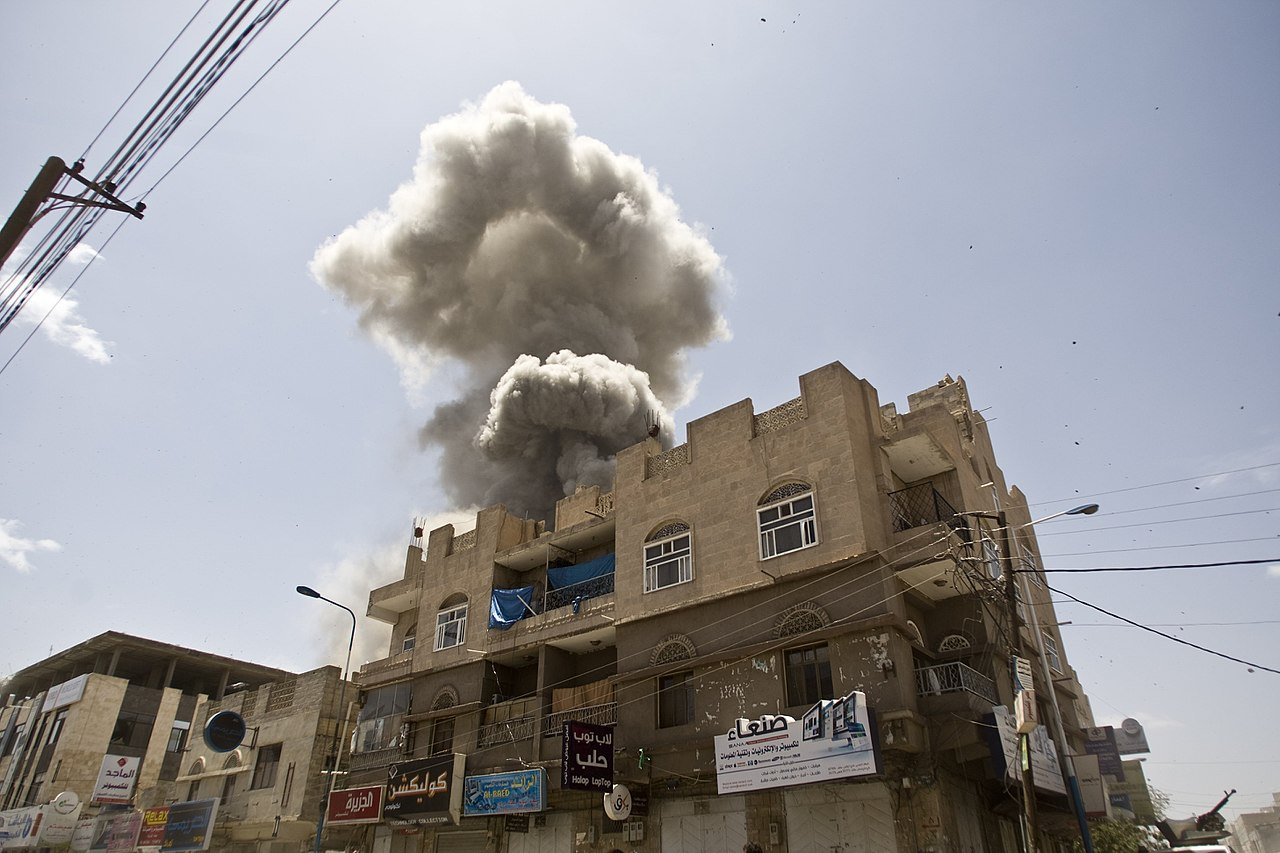 1280px-Aerial_bombardments_on_Sanaa_Yemen_from_Saudi_Arabia_without_the_right_aircraft._injustice_-_panoramio